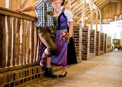 Brautpaar in Lederhosen und Dirndl