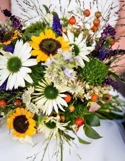 Brautstrauß mit Wiesenblumen