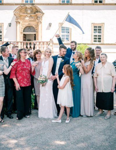 Gruppenfoto mit Hochzeitspaar