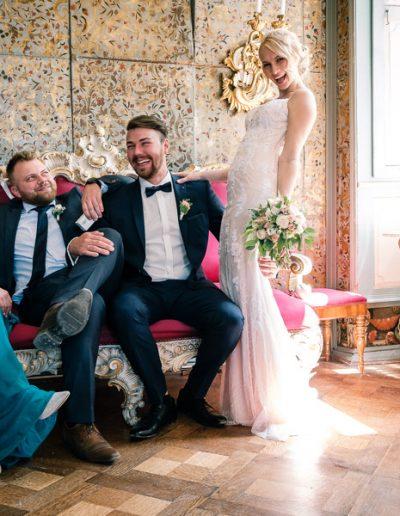 Hochzeitspaar und Trauzeugen